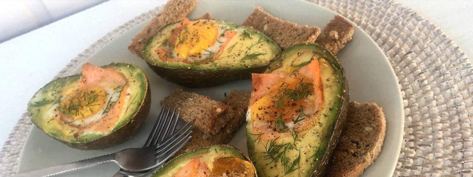 Ontbijt: Gevulde avocado met zalm, ei en dille, vergezeld van meergranen soldaatjes