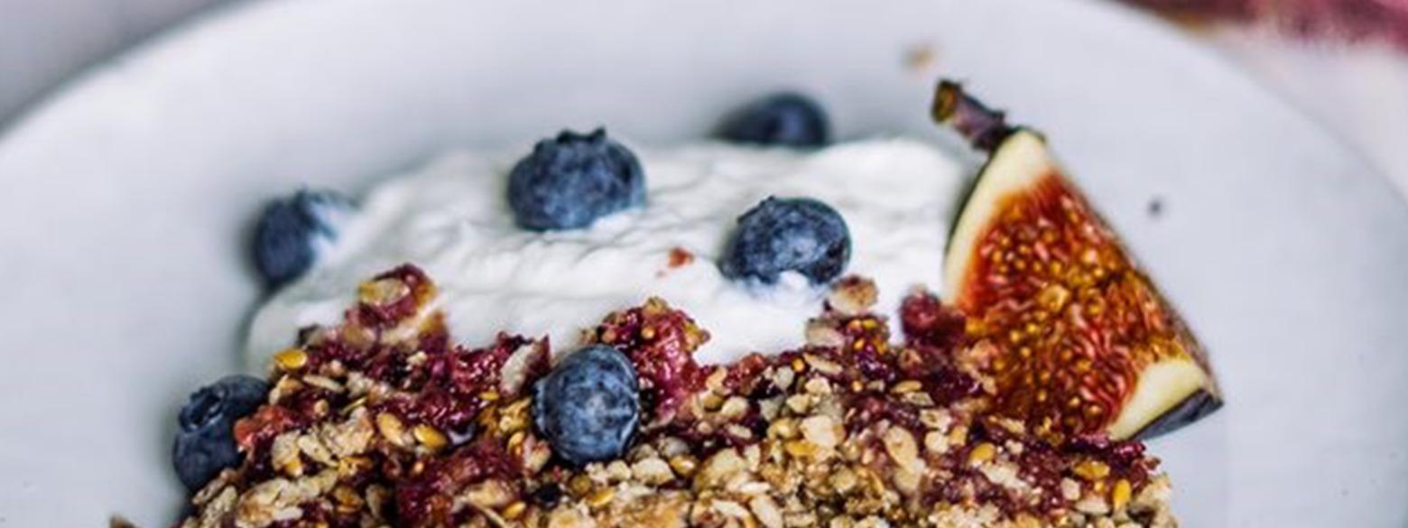 Crumble van lijnzaad en noten met vijgen en magere kwark